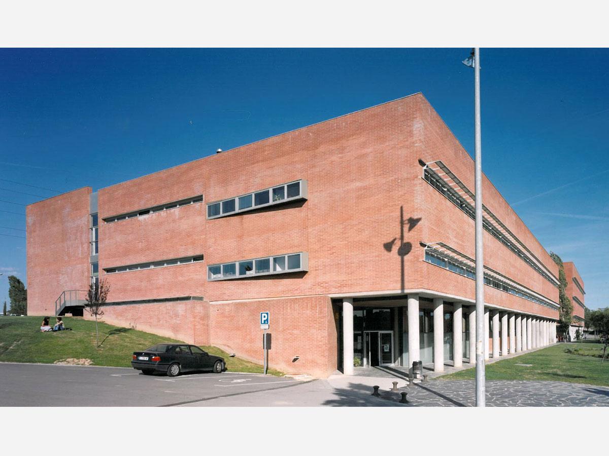 Fachada universidad ciencias de la eduación. Arquitectura